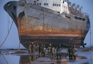 Indien_Alang_Abwrackwerft_Arbeiter holen Schleppleine von russ Passagierschiff